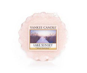 La bellezza serena dei raggi dorati del sole che si tuffano nel blu dell'acqua cristallina rievoca gli aromi muschiati del crepuscolo.