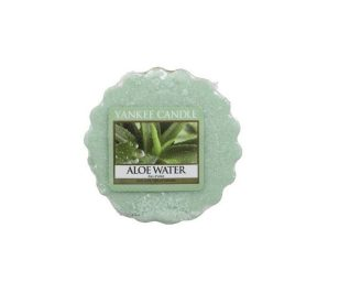 L'acqua pura e rinfrescante si mescola con l'aloe denso e lenitivo per creare una fragranza meravigliosamente rilassante.