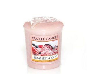 Dolci ricordi di cremoso gelato alla fragola fatto in casa in una calda giornata estiva. Una pallina o due?