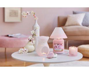 con questa collezione di accessori per la candela. Caratterizzato da colori e disegni calmanti e tranquilli - ideali per la primavera e aggiungendo un tocco delicato a qualsiasi stanza.