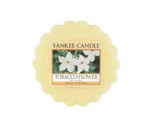 Il dolce profumo legnoso e speziato dei fi ori di tabacco.
