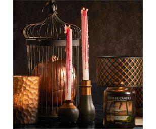 Esponete le nostre spaventose candele a stelo di halloween con questo porta candele nero con dettagli dorati. Perfetto per rendere il vostro halloween ancora più spettacolare.