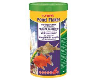 Il mangime in scaglie per pesci piccoli nel laghetto.