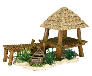 Questo elemento decorativo per acquario in resina che rappresenta una casa e un ponte in bambù farà da divertente nascondiglio ai vostri pesci e valorizzerà le vostre piante acquatiche.
