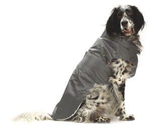 Cappotto impermeabile grigio con fodera in pile rimovibile per un utilizzo in tutte le stagioni. Dispone di foro per il guinzaglio