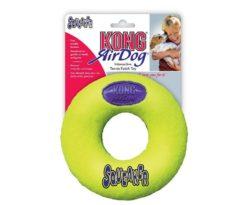 Kong Air Squeaker Donut combina due classici giocattoli per cani: la pallina da tennis e il gioco sonoro. Ha la forma facilmente riconoscibile della ciambella ed è il giocattolo da riporto perfetto.