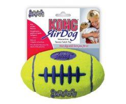 Kong Air Squeaker Football combina due classici giocattoli per cani: la pallina da tennis e il gioco sonoro. Ha la forma facilmente riconoscibile del pallone da calcio ed è il giocattolo da riporto perfetto.