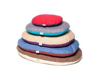 Cuscino ovale sfoderabile imbottito con morbida fibra di poliestere.