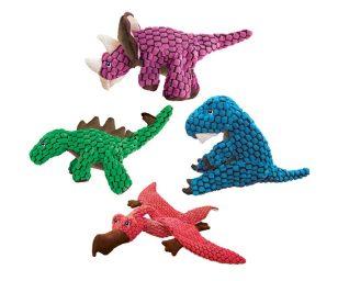 I kong dynos sono un divertimento ispirato al giurassico per cuccioli e umani. Questi simpatici giocattoli di peluche sono dotati di un rivestimento rinforzato per un gioco di lunga durata.