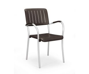 Sedia impilabile con bracciolo. Seduta e schienale in polipropilene trattato anti-UV e colorato in massa. Le gambe sono in alluminio anodizzato. Dotata di piedini antiscivolo.