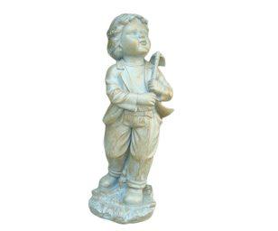 Statuetta raffigurante un bambino con una zappetta.