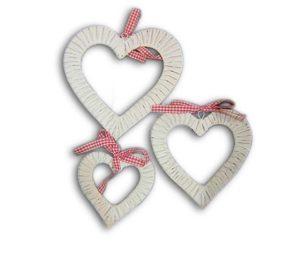 Pendente a forma di cuore intrecciato vuoto con fiocco rosso.