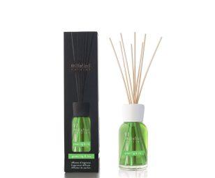 Una fragranza dalle eleganti sfumature che si apre con delicati accenti di viola e note verdi. Il suo cuore rivela una combinazione di fico verde e iris