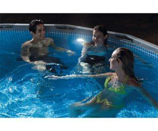 Luce a led con funzione idroelettrica per piscine con attacco da 32 mm.