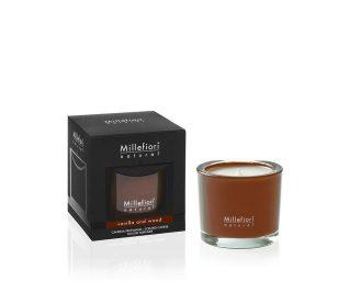 Una fragranza brillante fa ardere la candela racchiusa nel vivace bicchiere di vetro.