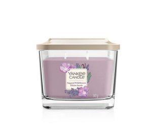 Un eclettico bouquet di fiori selvatici con schiocchi di lavanda e fresco eucalipto