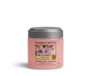 Un'incantevole armata delle fioriture più fresche della primavera che trasforma ogni stanza in rosa e felice.