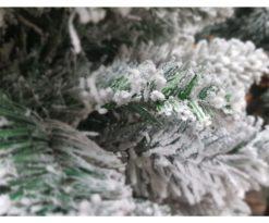Albero di natale artificiale verde innevato dall'impatto altamente realistico e scenografico.