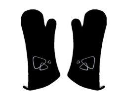 Set di guanti neri per la protezione totale delle mani durante la cottura al barbecue. Realizzati in 100% cotone con isolante interno in alluminio.
